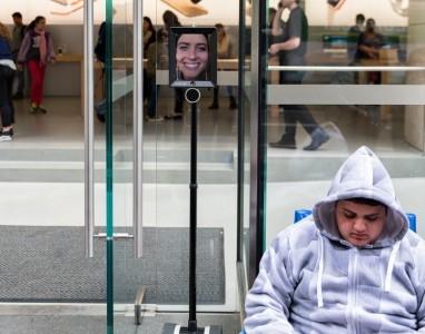 Um robot na fila para comprar um iPhone 6S