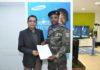 Samir Gullati, Managing Director Mobile & Cameras da Samsung, entrega o prémio